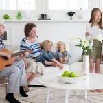 lapset laulavat ja mies soittaa kitaraa