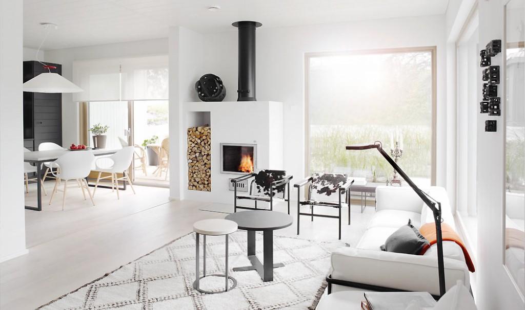 Arkkitehtimme Sanna Hautamäki halusi olohuoneeseen isot maisemaikkunat. Ne yhdistävät sisätilat saumattomasti ympäröivään luontoon.
