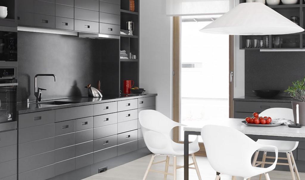 Ladon keittiössä on avohyllyjä ja runsaasti säilytystilaa.