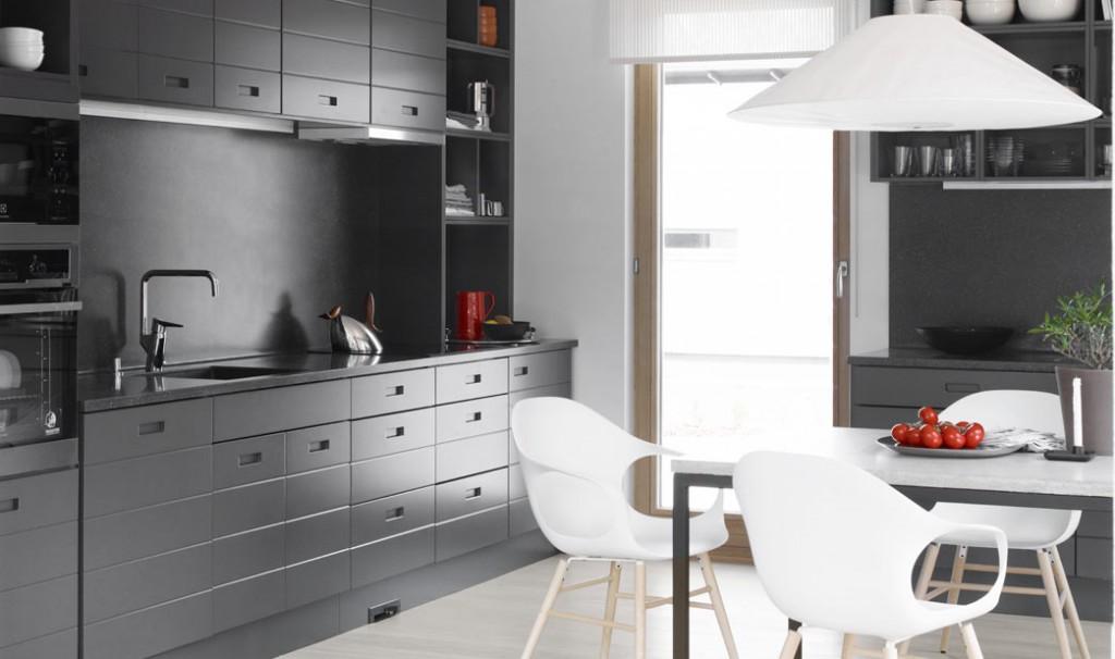 Helena Karihtala suunnitteli Topi-keittiölle Lato-kalusteoven. Se sai ensiesittelyn messutalossamme.