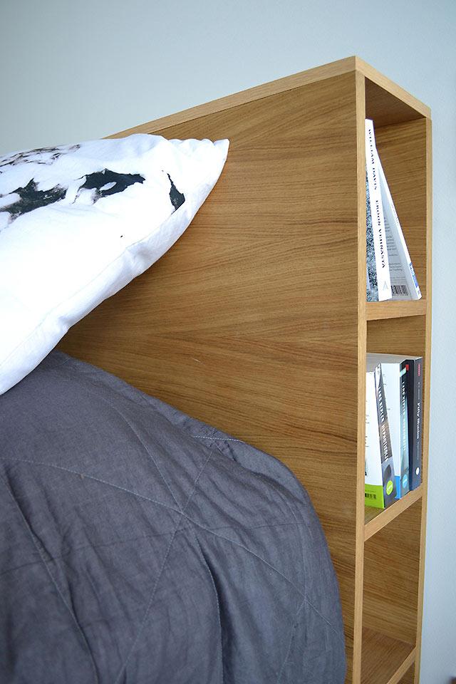 Sängynpäädyn hyllyille on mukava laittaa vaikka iltalukemiset, teekuppi ja kännykkä ladattavaksi. (Tammenterho Design)
