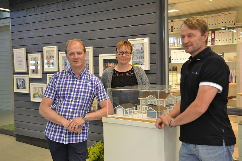 Kuvassa messuvoittaja Auroran tiimi: Esa Marjakangas (rakennesuunnittelija), Sanna Hautamäki (arkkitehti) ja Juha Lerssi (rakentaja).