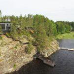 kallio, järvi ja talo