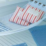 riippukeinu ja kaksi tyynyä