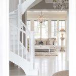 valkoiset portaat sivusta kuvattuna