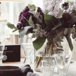violetti kukka ja vaasi