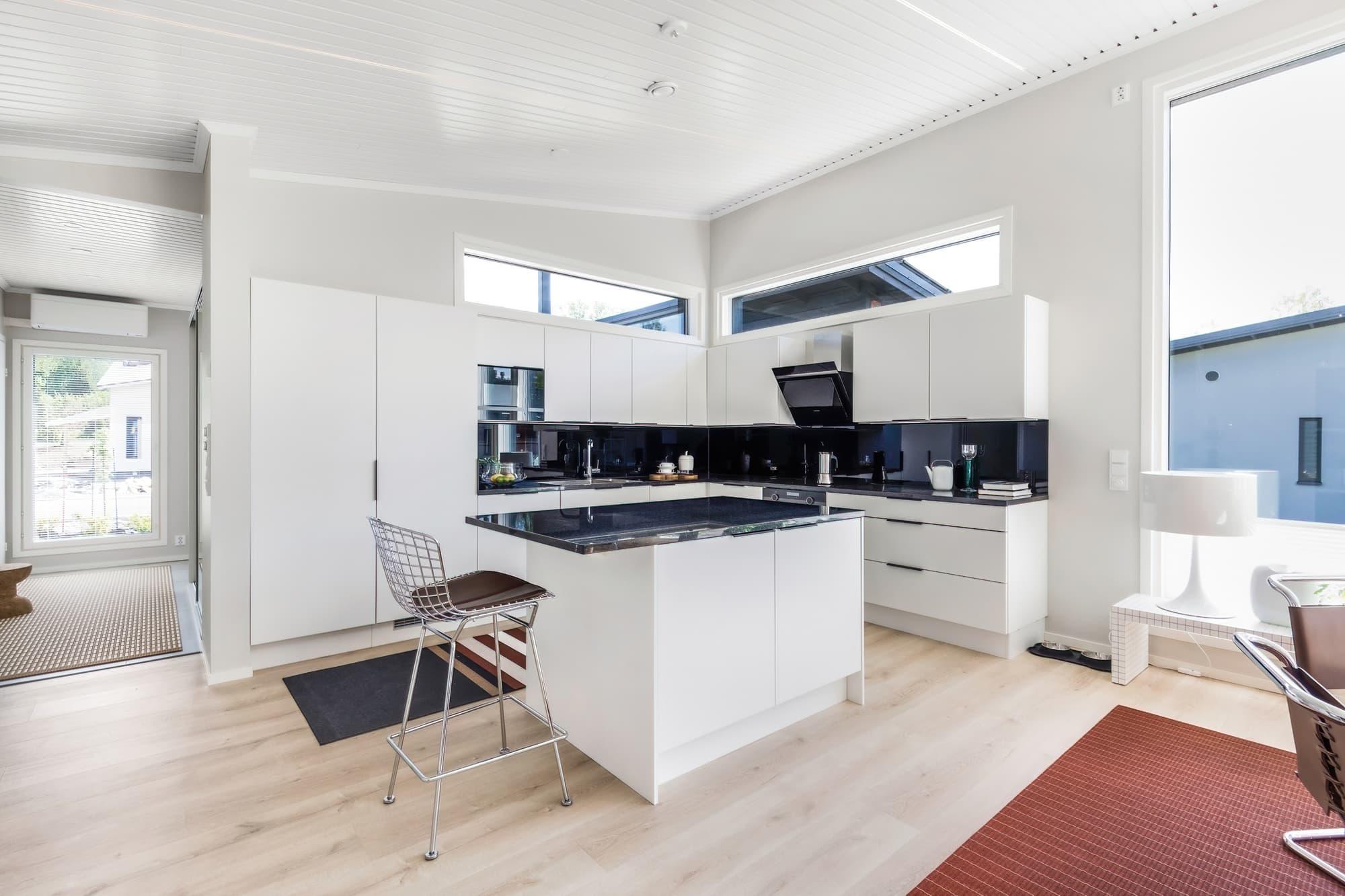 kannustalon-suomi-messutalo-2021-olohuone-keittio-ruokailutila-5